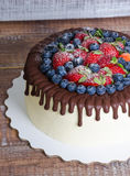 Торт потека цвета шоколада с голубиками и клубниками и Стоковое фото RF