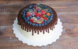 Торт потека цвета шоколада с голубиками и клубниками и Стоковое Изображение