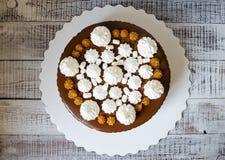 Торт потека шоколада с посоленными merengues белизны карамельки и снега Стоковое Фото
