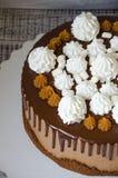 Торт потека шоколада с посоленными merengues белизны карамельки и снега Стоковое Изображение RF