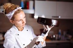 Торт предусматриванный в шоколаде Полива зеркала Стоковые Изображения