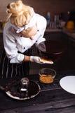Торт предусматриванный в шоколаде Полива зеркала Стоковые Изображения RF
