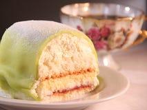 Торт принцессы марципана и чашки кофе стоковое фото