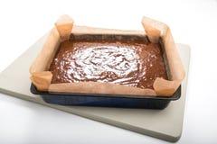 Торт пряника в олове на бледной ой-зелен доске готовой для того чтобы испечь Стоковые Изображения