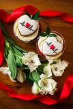 Торт пустяка с примечанием с прогнозом и цветки на деревянном столе стоковое фото