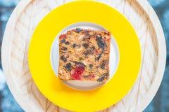 Торт плодоовощ на бело-желтой плите Стоковая Фотография