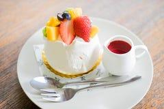 Торт плодоовощ с соусом клубники стоковые фотографии rf