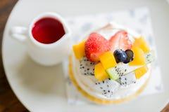 Торт плодоовощ с соусом клубники стоковое фото