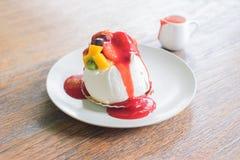 Торт плодоовощ с соусом клубники стоковые фото