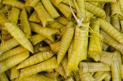 Торт риса Suman сделанный от glutinous риса сваренного в молоке кокоса, обернутом в испаренных листьях ладони кокоса стоковая фотография