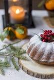 Торт рождества и Нового Года с ягодами и фонариком позади стоковые фотографии rf