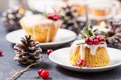 Торт рождества мини с замороженностью, клюквами и розмариновым маслом сахара стоковые фотографии rf