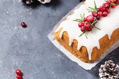 Торт рождества с замороженностью, клюквами и розмариновым маслом сахара стоковые изображения