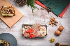 Торт рождества упакованный над деревянной белой таблицей с ingredientes стоковые изображения rf