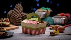 Торт рождества упакованный над деревянной белой таблицей с ingredientes стоковая фотография