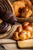 Торт рождества и сладостные печенья в корзине, предпосылке для хлебопекарни или рынке Стоковая Фотография