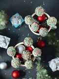 Торт рождества хлопает в кружках на черноте вертикально Стоковая Фотография RF