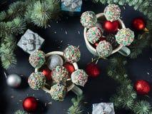 Торт рождества хлопает в кружках на черноте Стоковая Фотография
