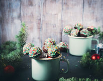 Торт рождества хлопает в кружках эмали Стоковые Фотографии RF