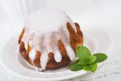 Торт ромовой бабы на плите Стоковые Изображения RF