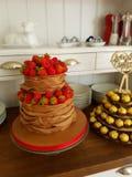 Торт ряби шоколада и ягоды сделанный для винтажной свадьбы стоковые фотографии rf
