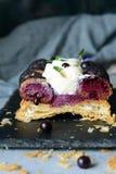 Торт Святого-onore от печенья слойки, profiteroles, сливк смородины и взбитой сливк Классический французский десерт Восхитительно стоковое фото