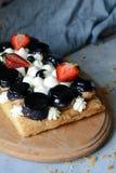 Торт Святого-onore от печенья слойки, profiteroles, сливк смородины и взбитой сливк Классический французский десерт Восхитительно стоковое изображение rf