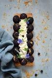 Торт Святого-onore от печенья слойки, profiteroles, сливк смородины и взбитой сливк Классический французский десерт Восхитительно стоковые фото