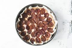 Торт сливы на белой затрапезной предпосылке Взгляд сверху Стоковая Фотография RF