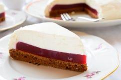 Торт суфла с студнем ягоды и печеньем шоколада стоковое изображение rf