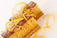 Торт сладкого апельсина изолированный над белой предпосылкой Стоковая Фотография