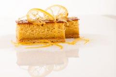 Торт сладкого апельсина изолированный над белой предпосылкой Стоковая Фотография RF