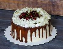Торт с вишнями и гортензией Стоковое Изображение