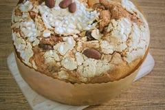 Торт с высушенными плодоовощами и гайками миндалины стоковые изображения rf