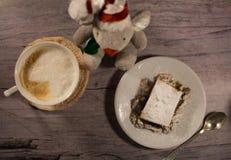 Торт с гайками на белой плите Серая предпосылка Стоковое Изображение RF
