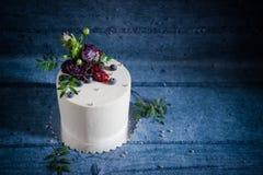 Торт с естественными цветками и ягодами Стоковое фото RF