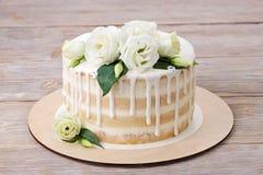 Торт с застеклять белизны и белые цветками Стоковое Фото