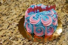 Торт сливк дня рождения стоковое фото