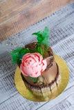 Торт сливк шоколада с пионом шоколада и украшением isomalt Стоковое Изображение