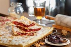 Торт сливы взбрызнутый с напудренный Стоковые Фотографии RF