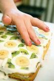 Торт с кивиом и бананом Стоковые Изображения RF