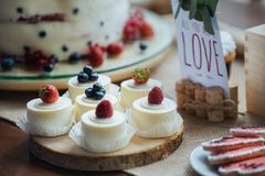 Торт с клубникой и голубиками Стоковое фото RF