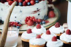 Торт с клубникой и голубиками Стоковое Изображение