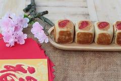 Торт с красными конвертами, китайский Новый Год луны фестиваля Стоковые Фото
