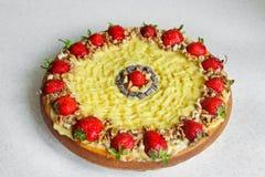 Торт с клубниками и гайками cream пирог стоковое изображение rf