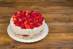 Торт с клубниками и смородинами поленик стоковая фотография rf