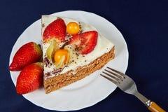 Торт с клубниками и физалисом Стоковая Фотография