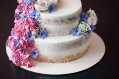 Торт с оформлением цветков на черной таблице стоковые изображения