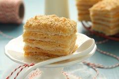 Торт слоя от печенья слойки с сливк заварного крема Стоковые Изображения RF