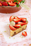 Торт с плавленым сыром и клубниками стоковое фото rf